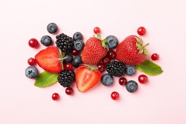 Крупным планом на различные свежие ягоды