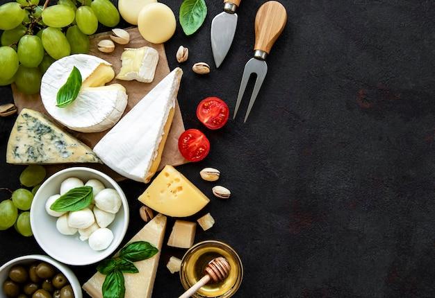 Крупным планом на различные виды сыра