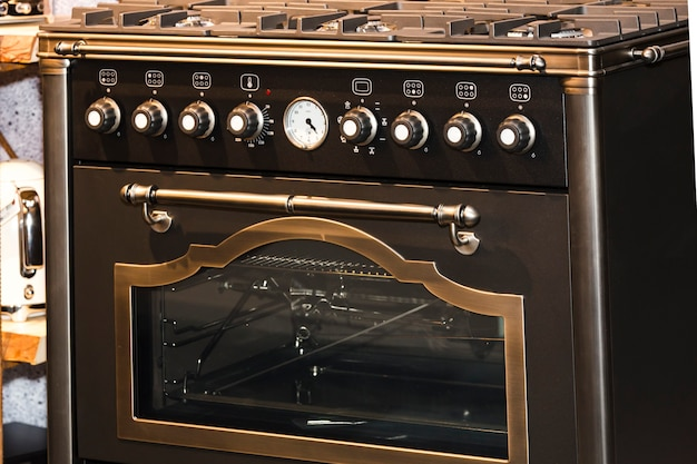 ビンテージの茶色のガス炊飯器にクローズアップ