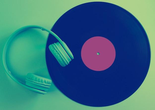 Крупным планом на виниловом диске с изолированными наушниками
