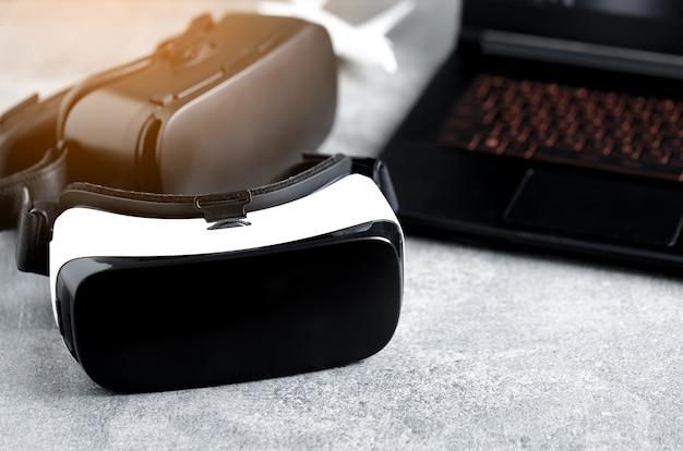 キーボードの近くの仮想現実ヘッドセットにクローズアップ