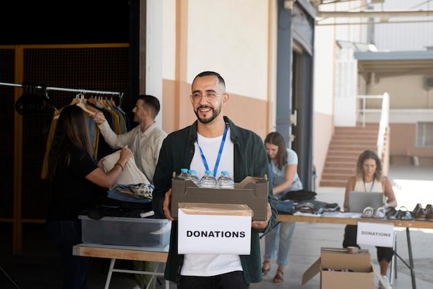 Крупным планом добровольцы, собирающие вещи для пожертвований