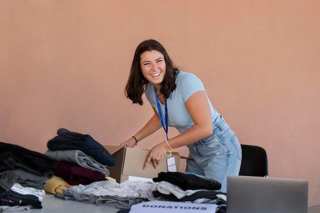 寄付のために物を整理するボランティアのクローズアップ