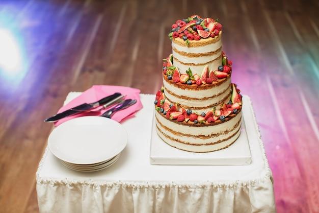 宴会でウエディングケーキのクローズアップ