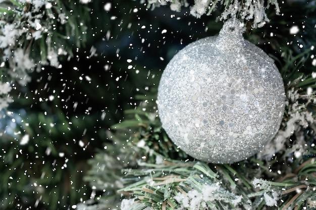 크리스마스 트리에 흰색 공을 닫습니다
