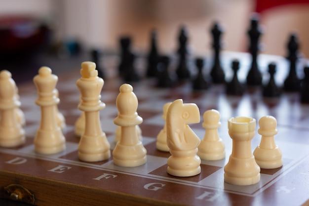 チェス盤の白い騎士の部分にクローズアップチェスゲーム戦略インテリジェンスの概念