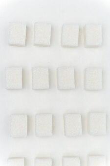 白い砂糖の立方体にクローズアップ