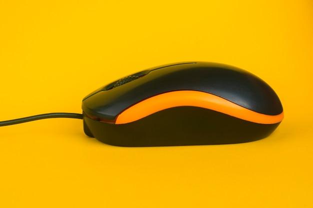 Крупным планом на изолированной проводной оптической мыши