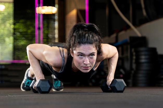 크로스핏 운동을 하는 여성을 클로즈업