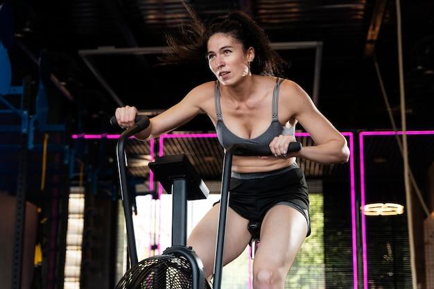 クロスフィットトレーニングをしている女性にクローズアップ