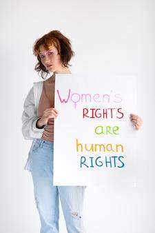 Крупным планом женщина, выражающая сообщение революции