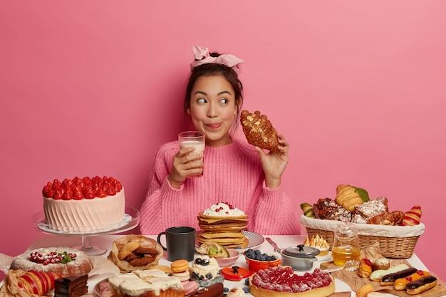 健康的な甘い食事をしている女性にクローズアップ