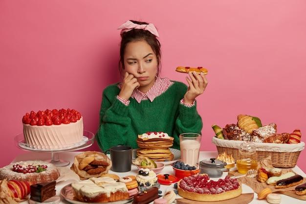 건강에 좋은 달콤한 식사를하는 여자에 가까이