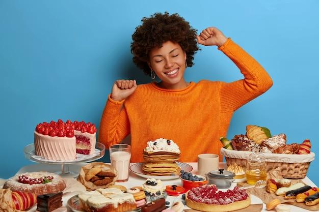 Крупным планом женщина, имеющая полезную сладкую еду