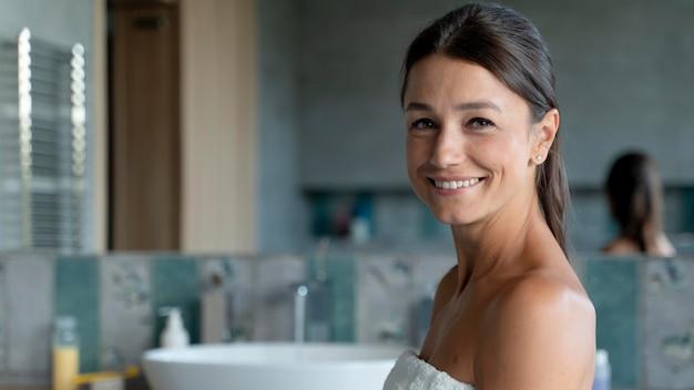 彼女のバスルームで女性にクローズアップ