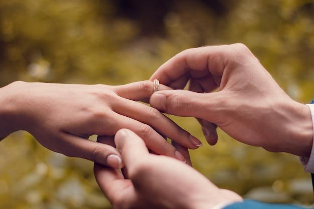 婚約指輪を受け取る女性にクローズアップ