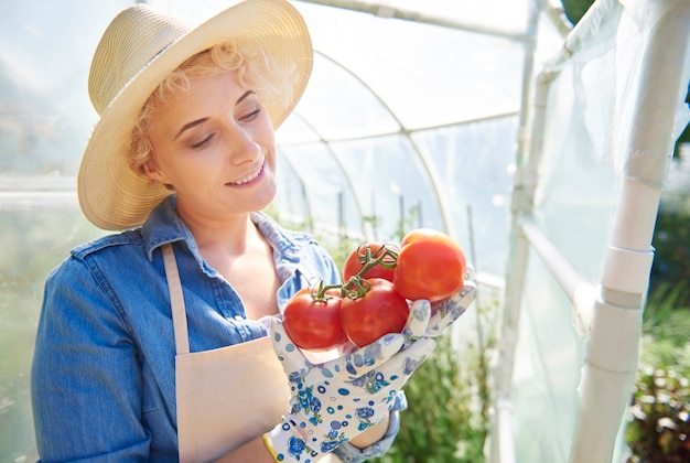 그녀의 정원을 돌보는 여자에 가까이