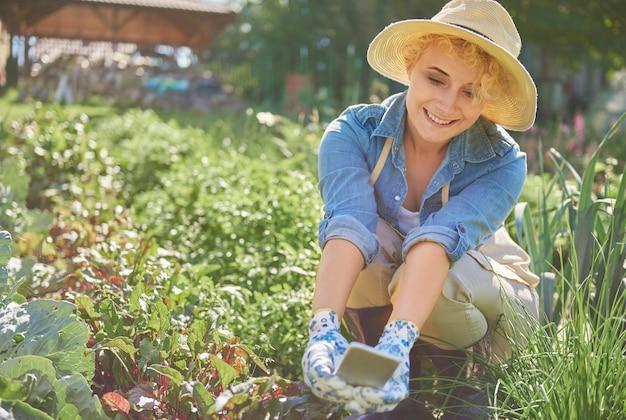 彼女の庭の世話をしている女性にクローズアップ