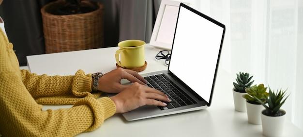 Крупным планом женщина, печатающая на ноутбуке