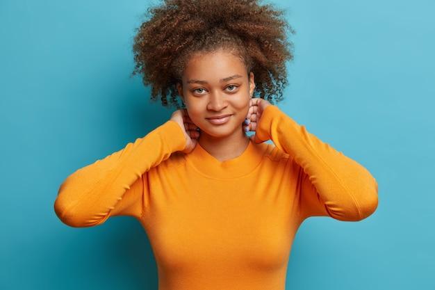 分離された自然なアフロ髪をとかした女性にクローズ アップ