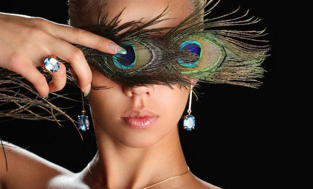 孔雀の羽を持つ女性にクローズアップ