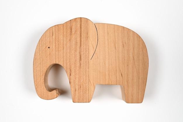Крупным планом на деревянной фигурке слона изолированы