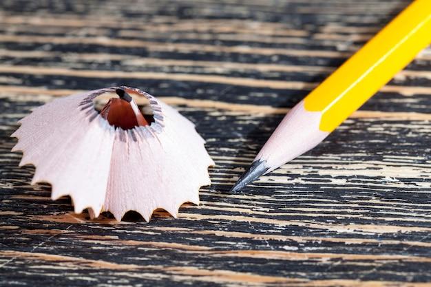 木製の鉛筆でクローズアップ