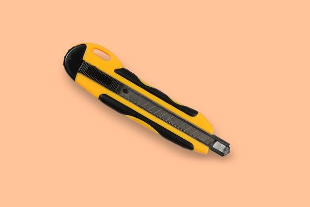 Крупным планом на желтом рабочем шпильке