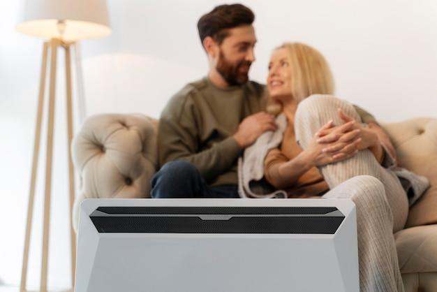 暖房で家庭の快適さを楽しんでいる若い大人にクローズアップ