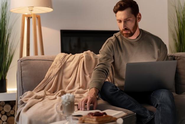 Крупным планом на молодого человека, наслаждающегося домашним комфортом