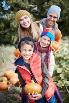 Крупным планом молодая и счастливая семья, проводящая время вместе