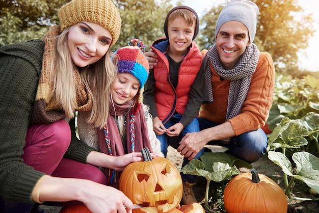 함께 시간을 보내는 젊고 행복한 가족에 가까이