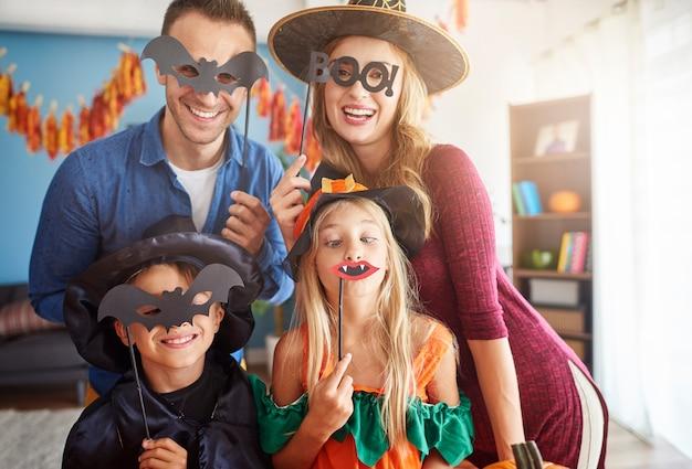 一緒に時間を過ごす若くて幸せな家族にクローズアップ