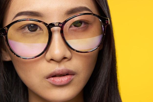 眼鏡をかけている若いアジア女性をクローズアップ