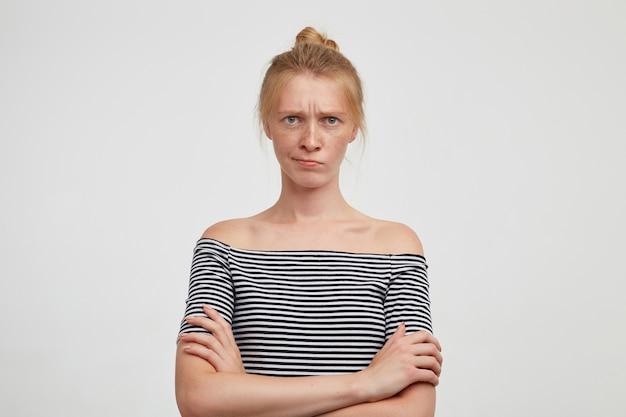 孤立したカジュアルな髪型を持つ若い魅力的な赤毛の女性にクローズアップ