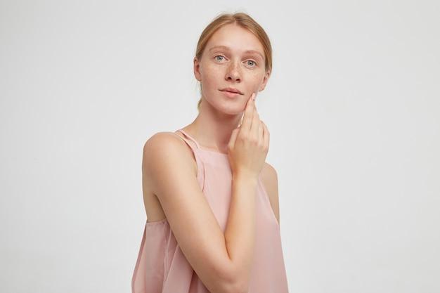 Крупным планом молодая привлекательная рыжая женщина с изолированной повседневной прической