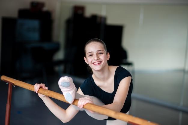 スタジオで練習している若いバレリーナのクローズアップ