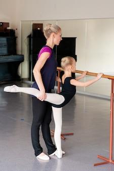 Заделывают молодой балерины, практикующей в студии