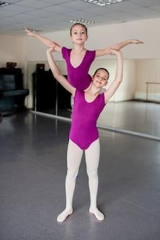 Крупным планом молодых балерин, практикующих в студии