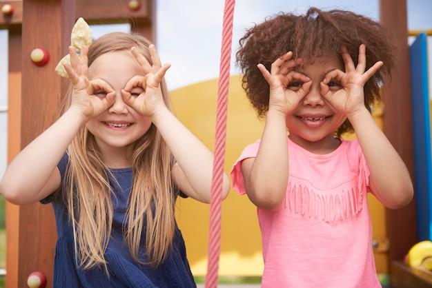 一緒に楽しんでいる若い美しい子供たちにクローズアップ