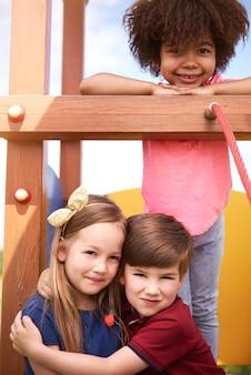 Крупным планом молодые красивые дети веселятся вместе
