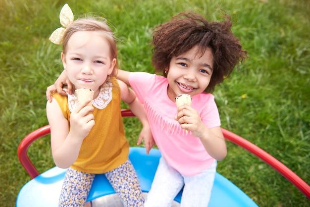 Крупным планом молодые красивые дети вместе едят мороженое