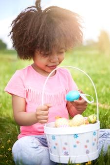 다채로운 부활절 달걀을보고 젊은 아름 다운 소녀에 가까이