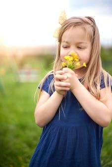 花の香りの若い美しい少女にクローズアップ