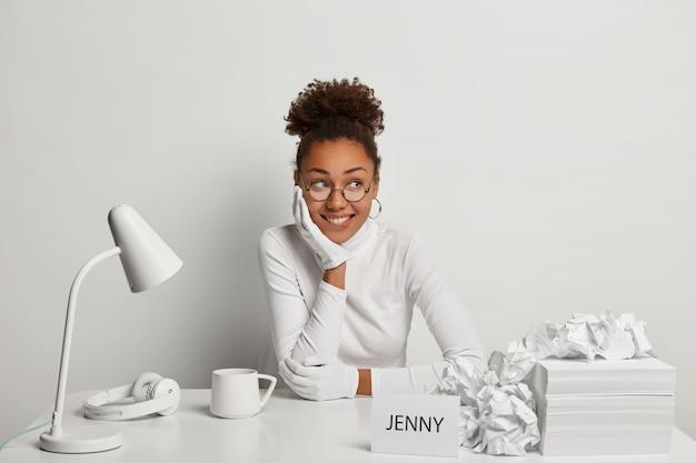 그녀의 책상에서 젊은 아름 다운 여자에 가까이