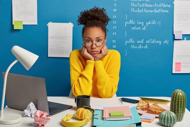 Крупным планом молодая красивая женщина за своим столом
