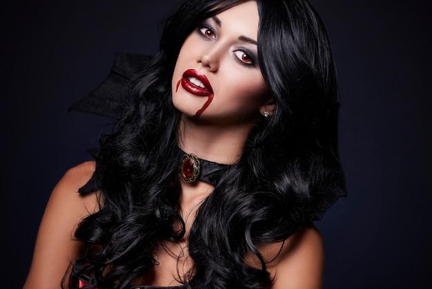 ハロウィーンの服を着た若い美しい女性のクローズアップ