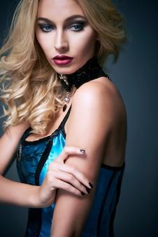 ハロウィーンの服を着た若い美しい女性のクローズアップ 無料写真