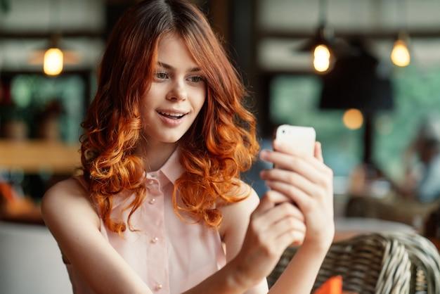 Крупным планом молодая красивая женщина в кафе