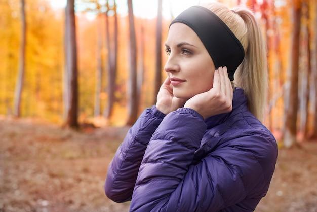 ジョギングの若い美しい女性にクローズアップ 無料写真